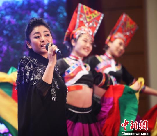 彝族歌手阿鲁阿卓 钟欣 摄